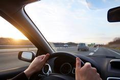 Conducteur d'un véhicule s'engageant sur une bretelle d'accès à l'autoroute