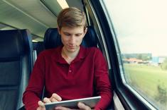 Jeune voyageur en train