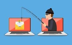 Hacker représenté à côté de deux ordinateurs tenant une canne à pêche dans les mains. Au bout de l'hameçon un courrier est accroché.