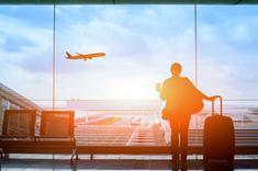 Voyageur avec sa valise dans un aéroport