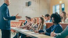 Professeur et étudiants universitaires dans une salle de cours